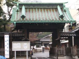 Entrance to 泉岳寺 (Sengakuji Temple).
