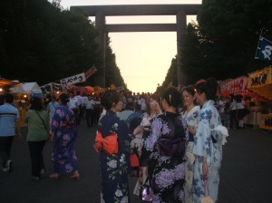 At the festival many people wear ゆかた and じんべい (Japanese traditional summer outfits).