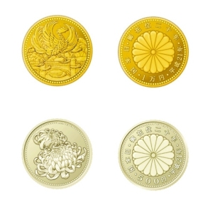 Top: front and back of gold commemorative &10,000 coin.  Bottom: front and back of silver commemorative ¥500 coin.