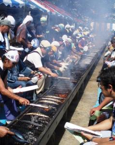Grilling the fish at the 「目黒サンマ祭」.