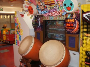 This is a タイコ (Japanese drum) drumming game.