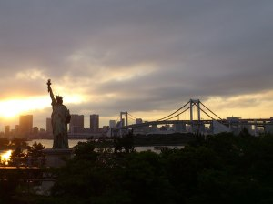Sunset over Tokyo Bay, Rainbow Bridge and 自由の女神 (Statue of Liberty)