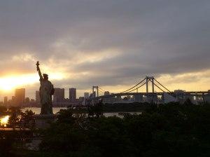 Sunset over Tokyo Bay, Rainbow Bridge and 自由の女神 (Statue of Liberty)