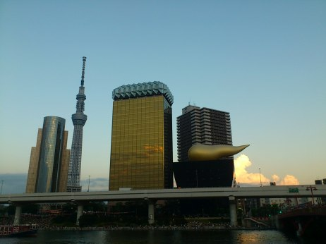 Tokyo landmarks, Tokyo SkyTree and Asahi Beer HQ are near the Sumida River.