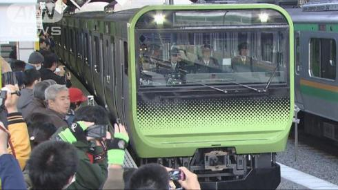 The new Yamanote Line train attracted a crowd when it was shown to the public yesterday (photo from TV Asahi)
